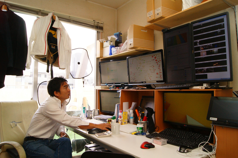 コンパクトな本部オフィスに30店舗の情報が凝縮されている。目的別にディスプレイを設置し、切り替えの手間を省いている。