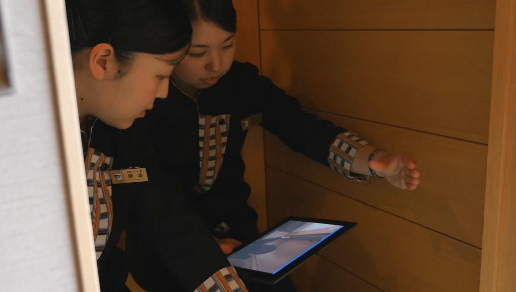 星野リゾートのトレーニングでは、トレーニー同士でペアを組み、タブレットに表示されるTeachme Bizのマニュアルを先生として各自トレーニングを進める。