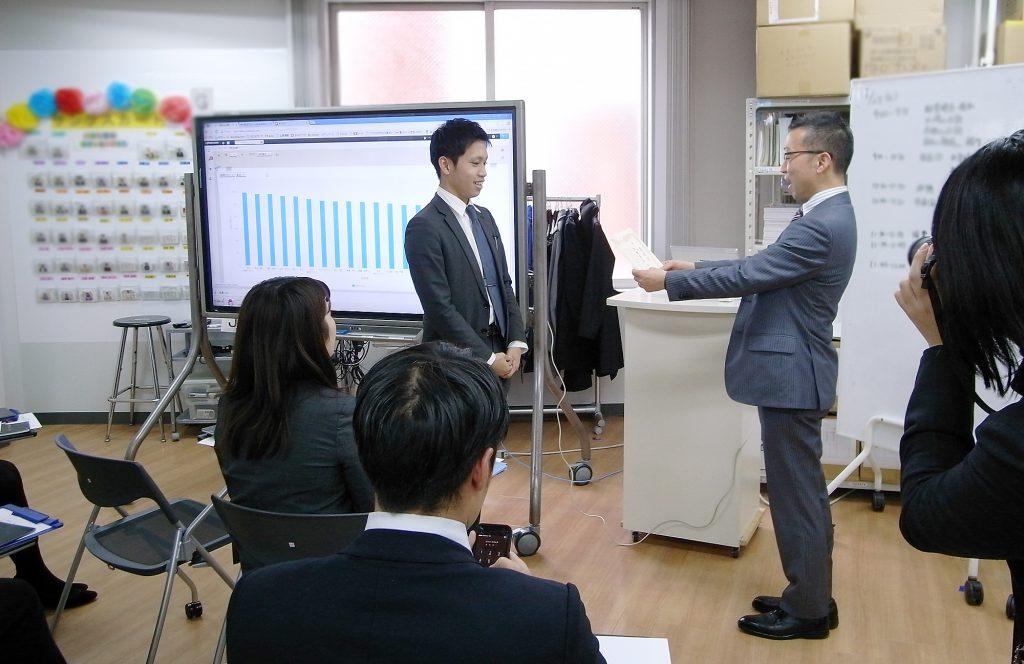 山崎社長からの表彰。おめでとうございます!