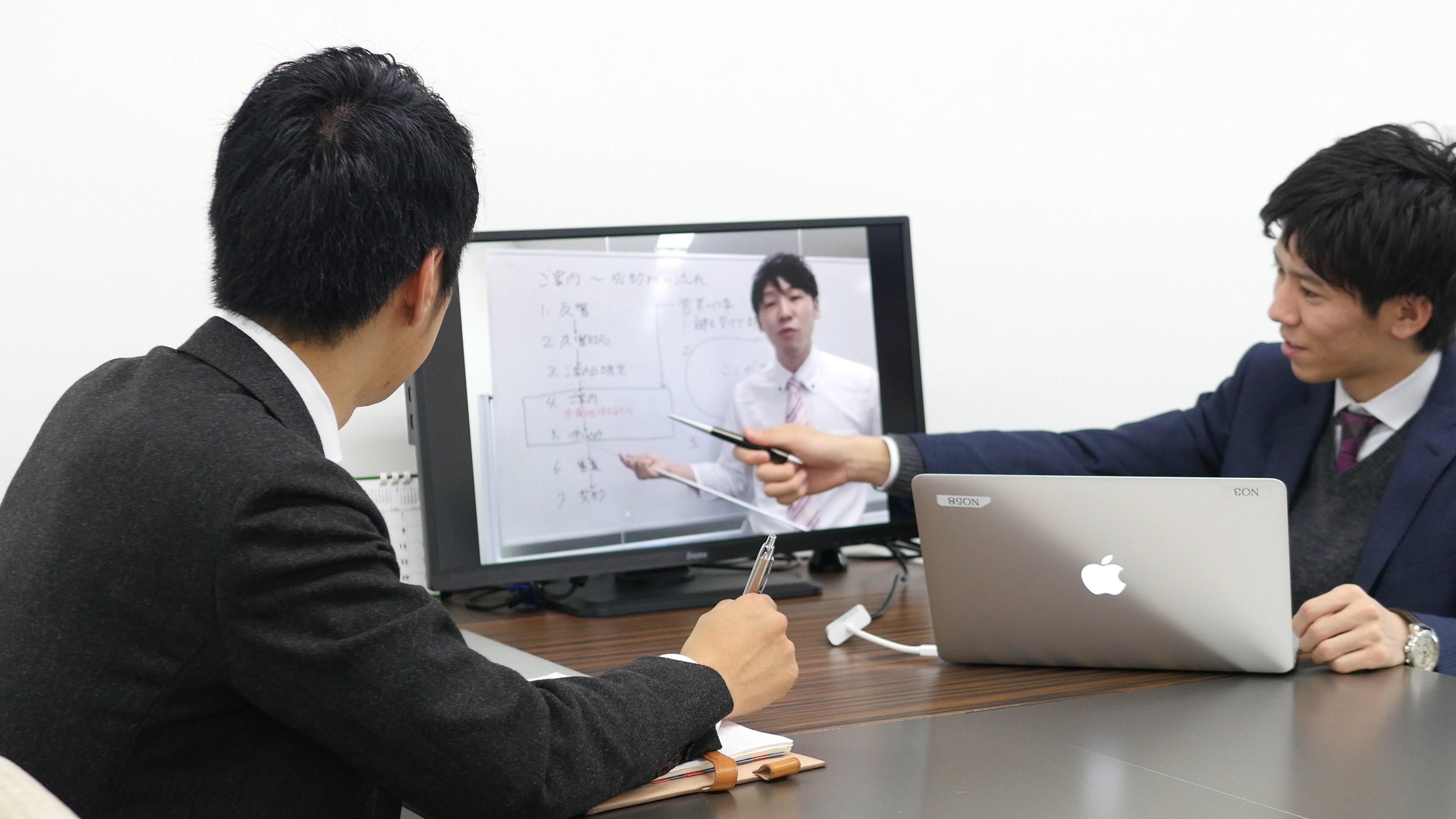 講義形式の研修動画を、いつでも繰り返し見ることができる。