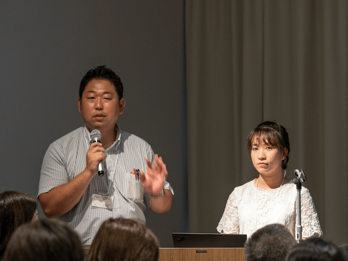 画像:組織開発部 石井 博 氏(左側)、人事部 グェン・ティ・キム・チ 氏(右側)