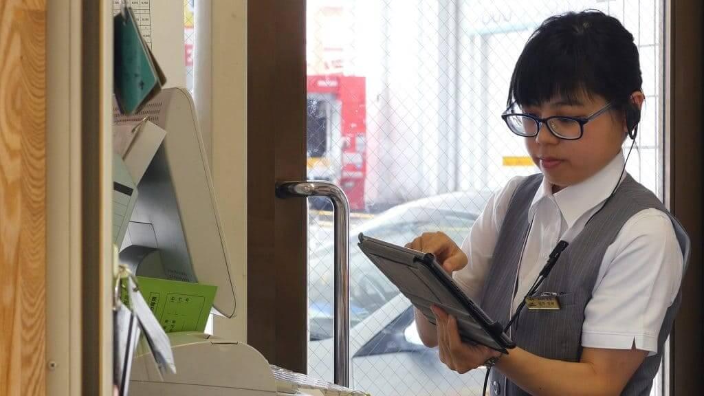 株式会社志村のガソリンスタンドでは、女性の従業員が多く活躍している。