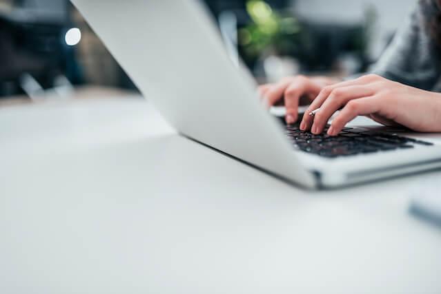 パソコンで仕事をしている人の画像