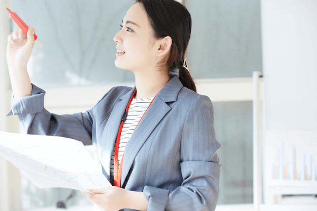 社員教育をしている女性の画像