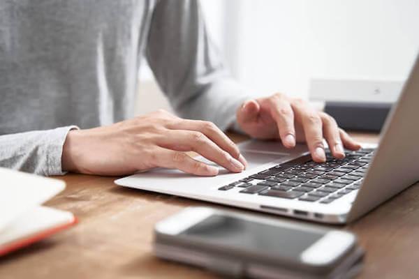 パソコンで仕事を行う人の画像