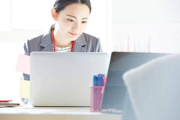 パソコン操作を行う女性の画像