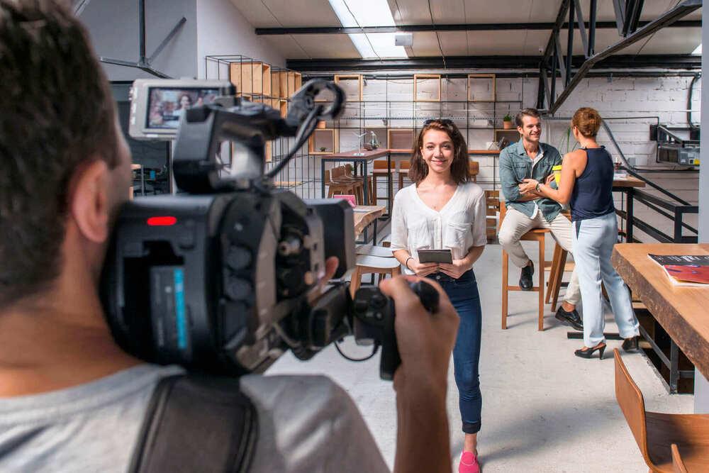 女性がカメラの前で話す画像
