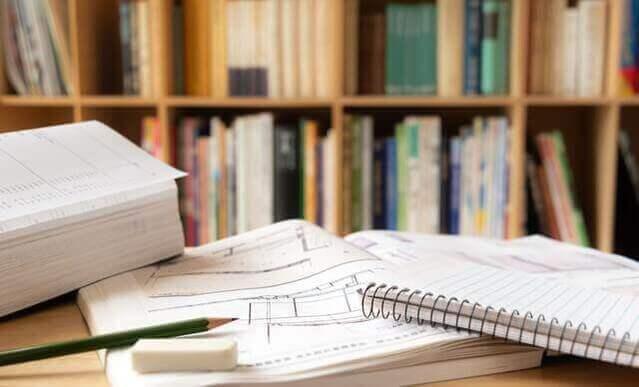 机の上のノートや教科書の画像