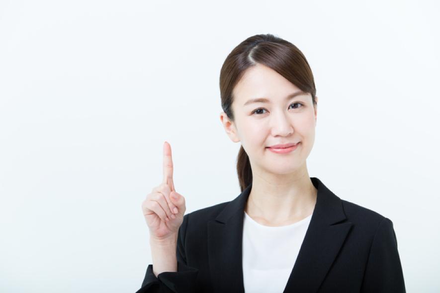 女性が人差し指を立てている画像