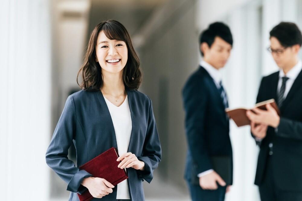 笑顔の女性が写る画像