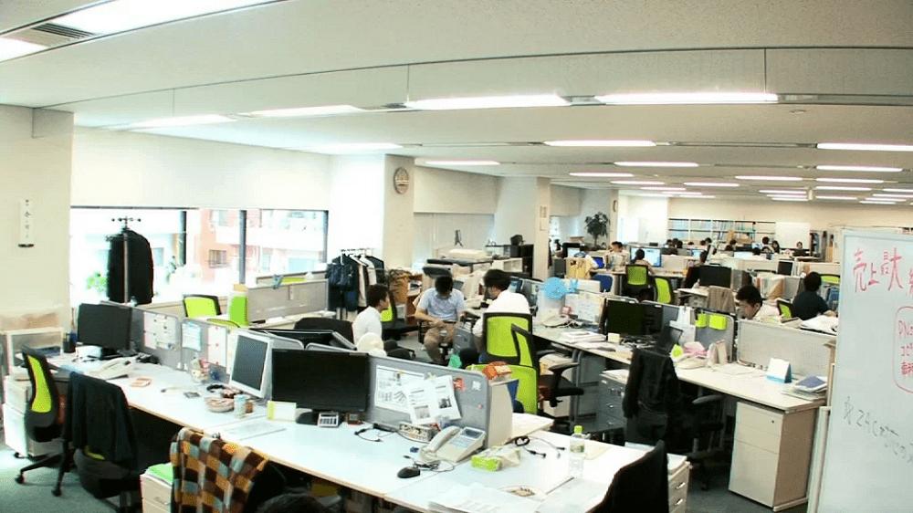 会社で働く人の画像