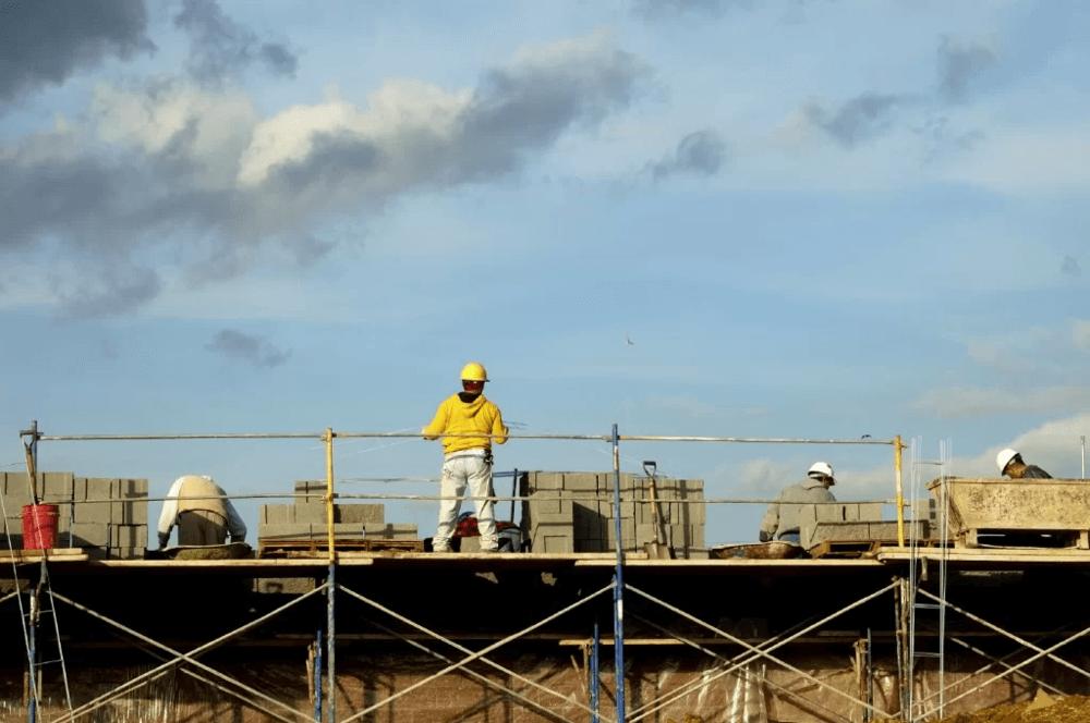 工事現場に立つ人の画像